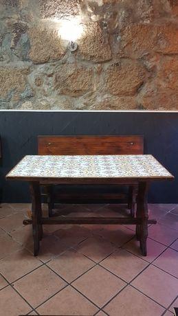 Mesas e bancos de madeira
