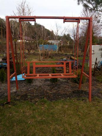 Huśtawka ogrodowa bardzo stabilna.