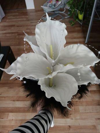 Bukiet ślubny kalie białe z czarnymi piórami