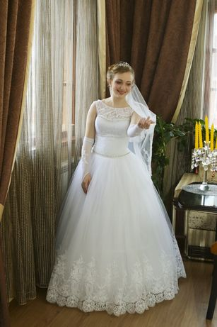 Пишна весільна сукня