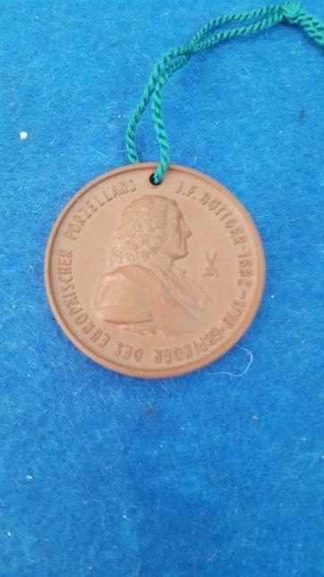 Medalha em barro alusiva aos fabricantes de Porcelana Dresden Meissen