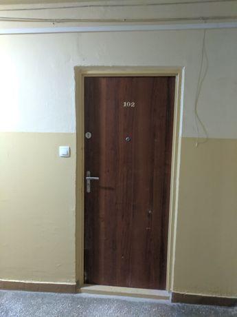 Drzwi wewnątrzklatkowe w dobry stanie