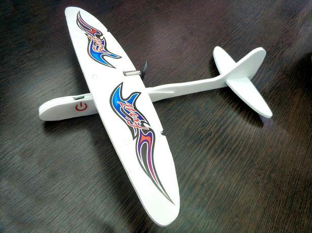 Лёгкий самолётик на зарядке