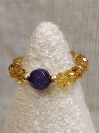 Pierścionek elastyczny z fioletowym agatem.