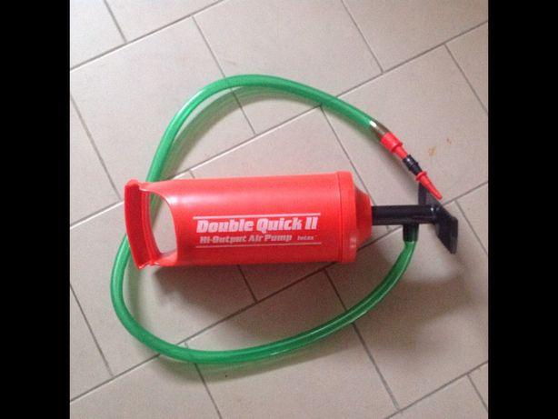 Bomba de ar manual com acessórios.