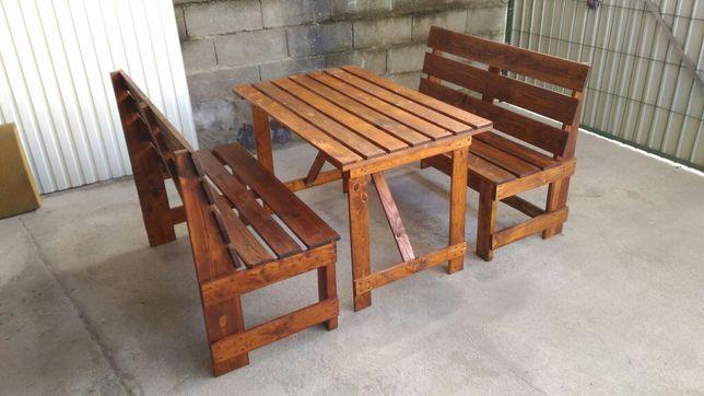 Mesa com bancos ou cadeiras