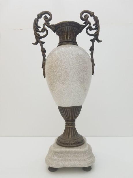 Vaso em cerâmica e metal antigo