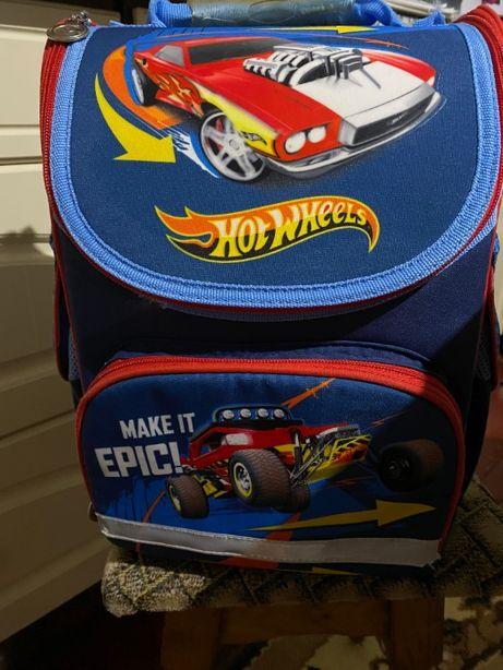 Шкільний рюкзак, портфель