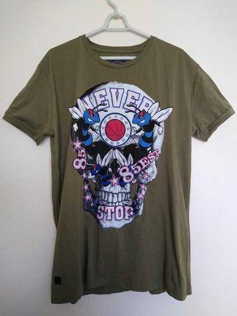 Oliwkowa koszulka z nadrukiem i naszywkami