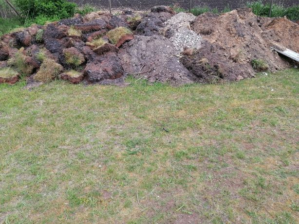 Oddam ziemię z trawa z wykopu