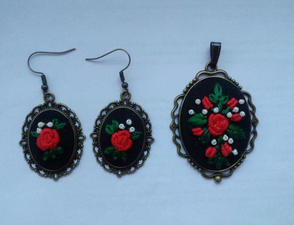 Komplet biżuterii z haftem