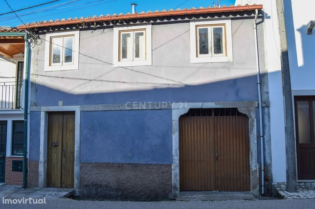 Moradia tradicional T2 com logradouro e quintal no centro de Ançã para