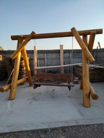 Huśtawka ogrodowa drewniana z bali