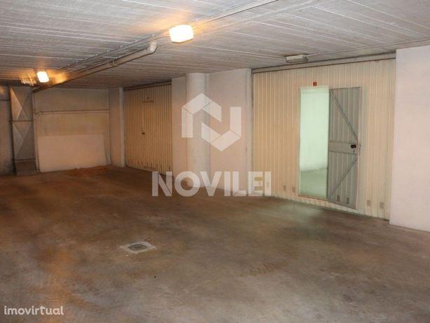 Garagem com 29m2 em prédio de comércio no centro de Leiri...