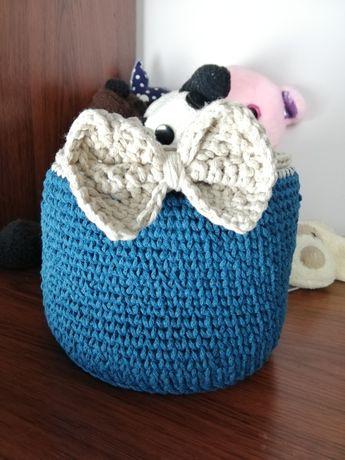 Ręcznie robiony, niebieski koszyk, szydełko