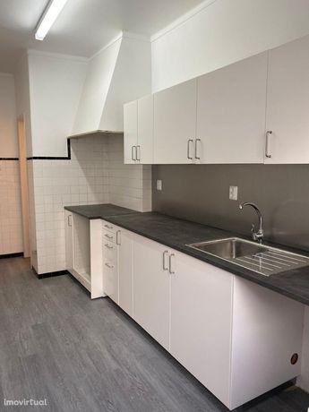 Apartamento renovado, áreas generosas e amplas, para entrada imediata