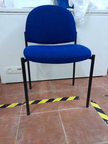 cadeira azul confortavel