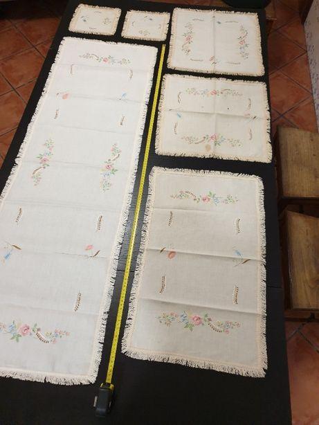 Panos bordados antigos para decoração de mesas