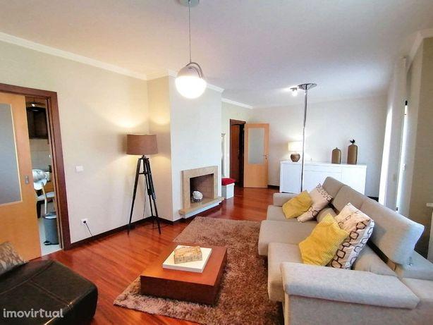 Apartamento T3 com aquecimento central e garagem individual.