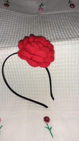 Bandolete com rosa em crochê
