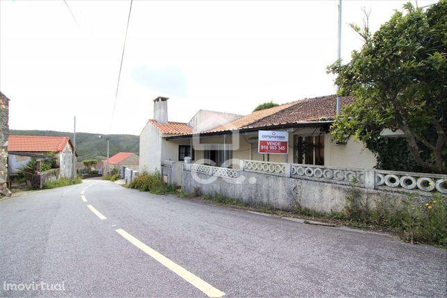 Moradia térrea com 3 quartos localizada numa aldeia junto à praia fluv