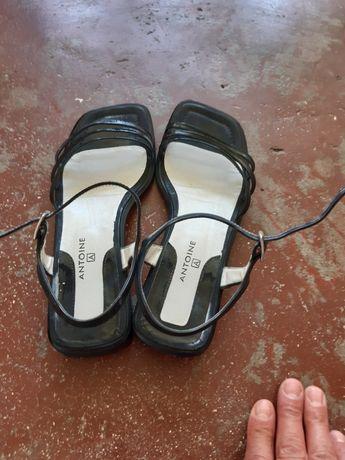Sandálias em verniz preto  praticamente novas, muito confortáveis , ob