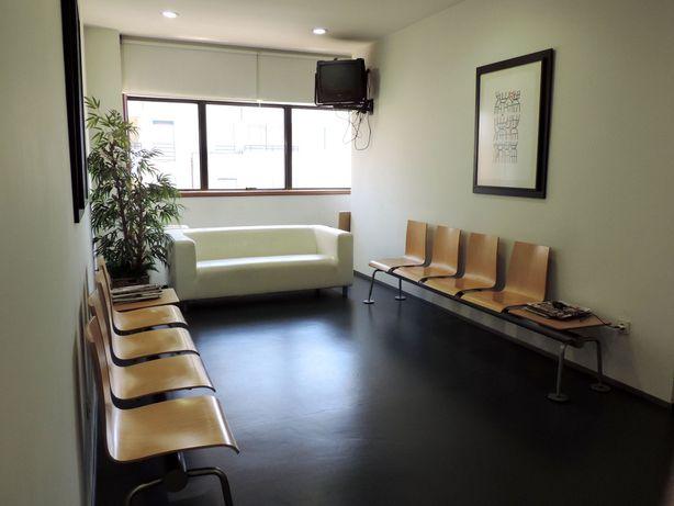 Bancos de espera de consultório com mesa de apoio- madeira de afizélia