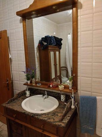 Móvel com lavatório e espelho