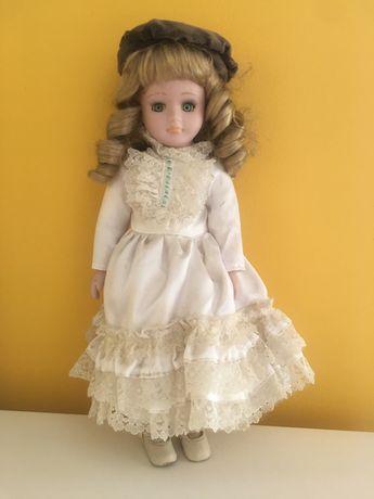 Boneca porcelana e boneco vinil