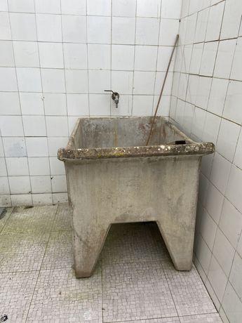Tanque antigo de lavar roupa