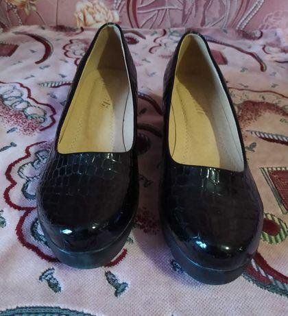 Продам женские лаковые туфли 200 грн.