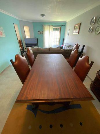 Vendo mesa com cadeiras e móvel com relogio
