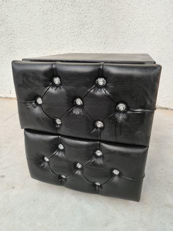 Mesinha de cabeceira estofada com frentes em botões de vidro