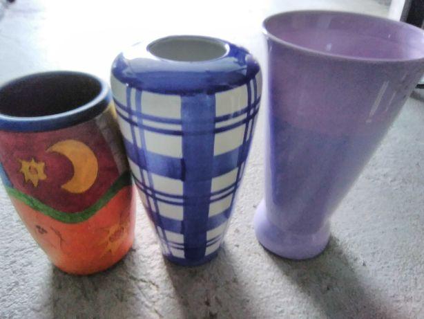 Três jarras,uma é pintada à mão
