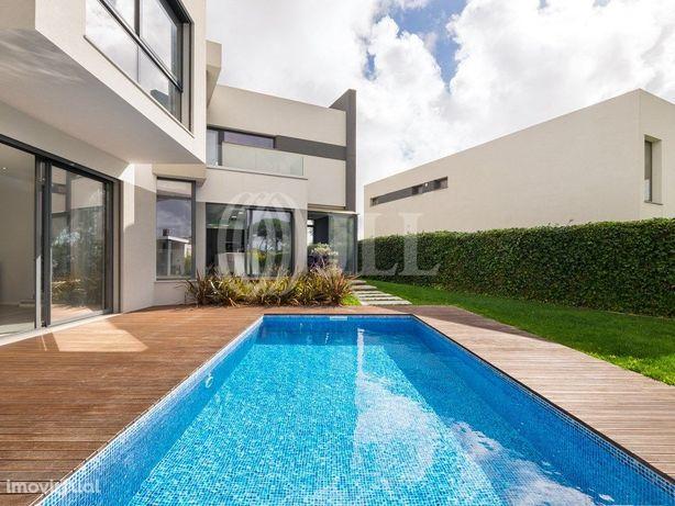 Moradia T3+1 com jardim, piscina e garagem, em Albarraque...