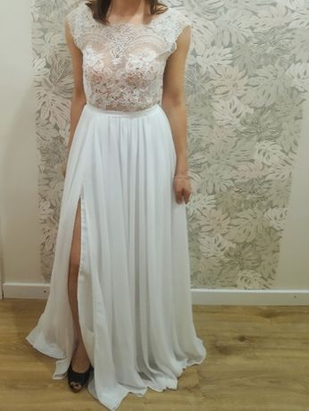 Zwiewna suknia ślubna z odkrytymi plecami, muślinowa