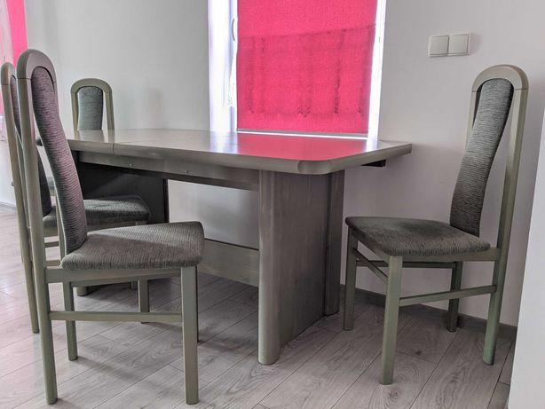 stół z krzesłami i witryna