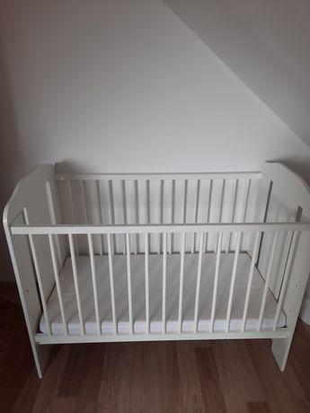 Białe łóżeczko dziecięce