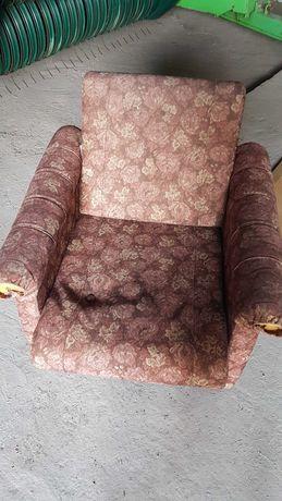 Fotel stary i trochę zakurzony