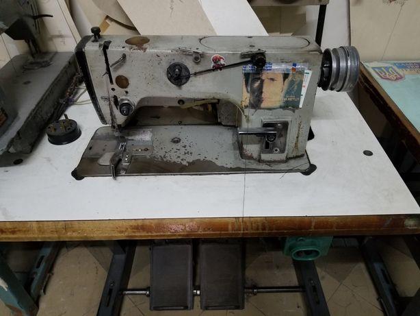 Швейная машина универсальная прямострочка 1022М со столом.