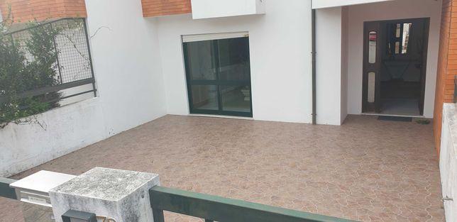 Vendo Casa Geminada, espaçosa, bom estado, Mosteirô, Sta Maria Feira