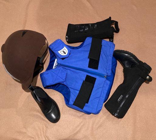 Шлем, защитный жилет, ботинки и краги для верховой езды