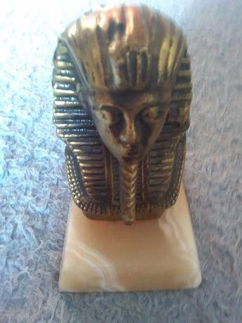 Figurka Faraona z Egiptu z marmuru i mosiadzu.