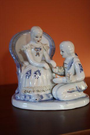 Porcelanowa para dworska na fotelu