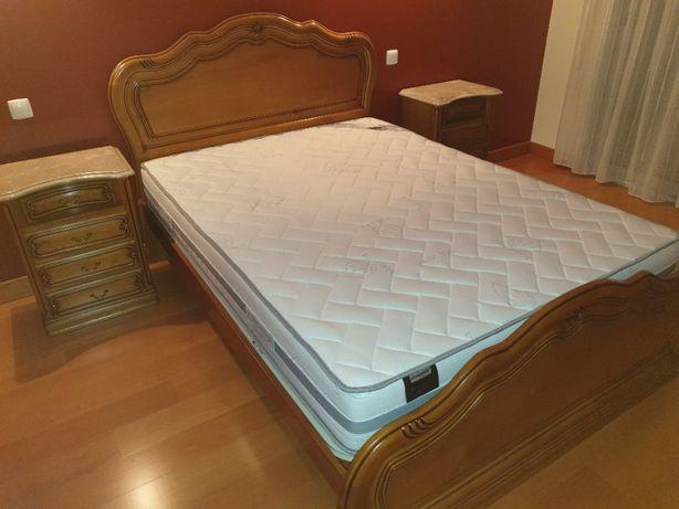 Mobília de quarto - cama + colchão + 2 mesas cabeceira + cómoda