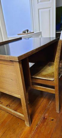 Secretária de madeira e cadeira