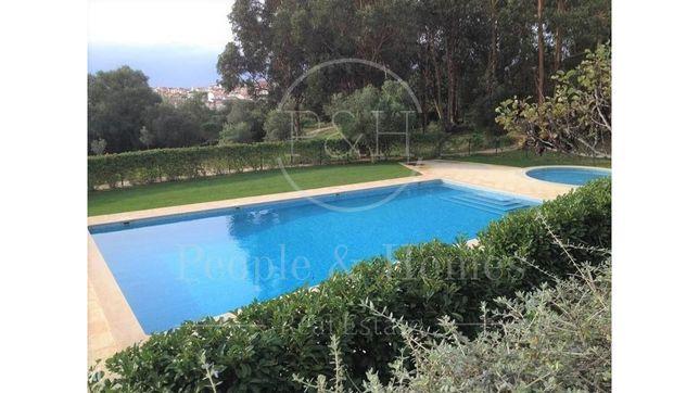 Cascais - Alcabideche. Morada T5+1 em condomínio com piscina