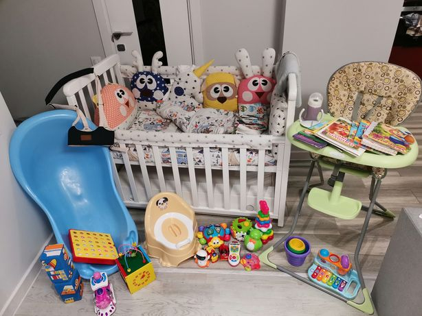 Комплект кроватка, столик для кормления, игрушки, книги, бортики,