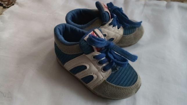 Продам детские кроссовки на мальчика