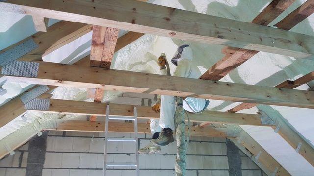 Ocieplanie pianką poddaszy, izolacje fundamentów Piana poliuretanowa